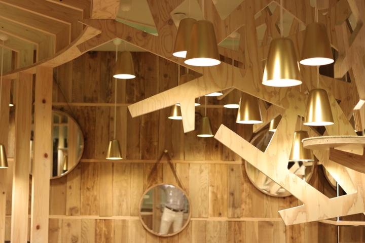 MoCHA秋葉原店は、木をたくさん使ったあたたかみのある空間