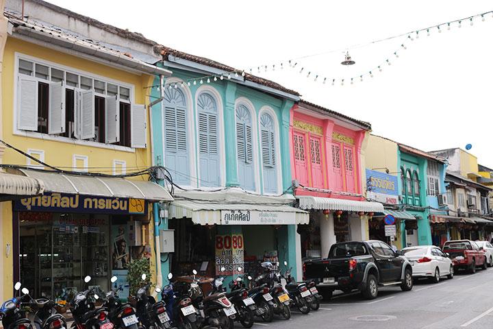 プーケットのオールドタウンは色鮮やかな街並みでお土産屋など賑わいがあります