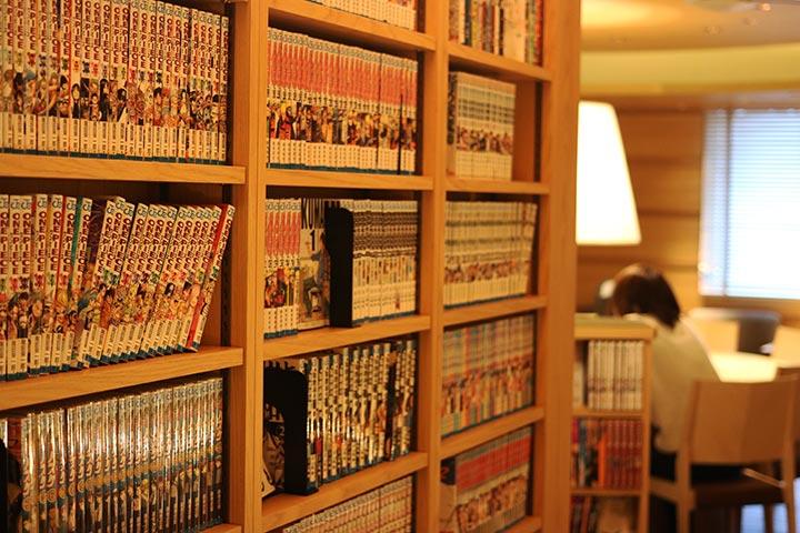 漫画もたくさん置いてあって、くつろいでいるお客さんも多かったです