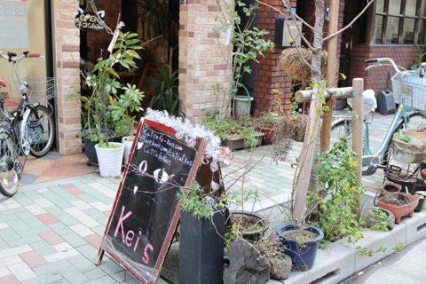 浅草橋の猫カフェKei's(ケイズ)のお店の前は、綺麗なレンガ作りの外観にお花がたくさん