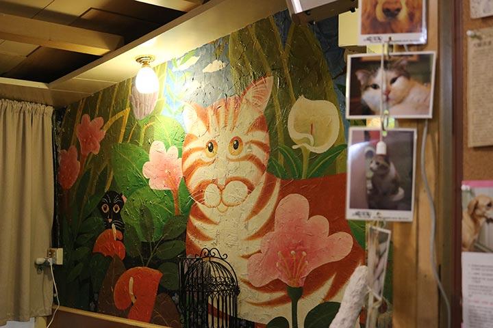 正式に確認できたわけではないのですが、オーナーの奥様がアーティストで店内の絵を書かれている、と記事を見たことがあります
