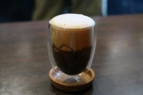 コーヒーの上にレモンの味付けをしたムースのようなものが乗っています